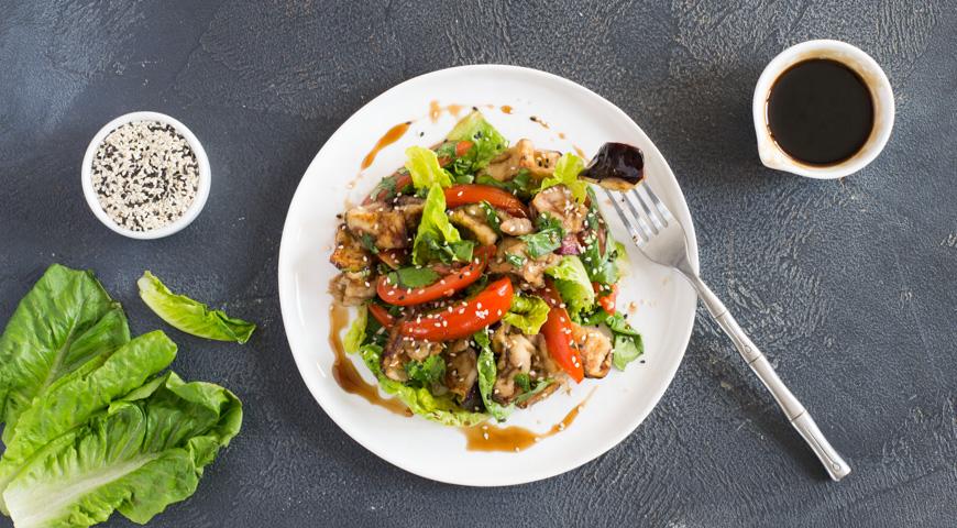 Салат с баклажанами и помидорами.