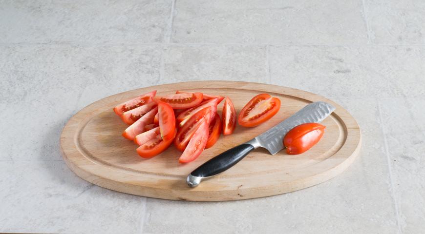 Салат с баклажанами и помидорами. Нарезаем помидоры