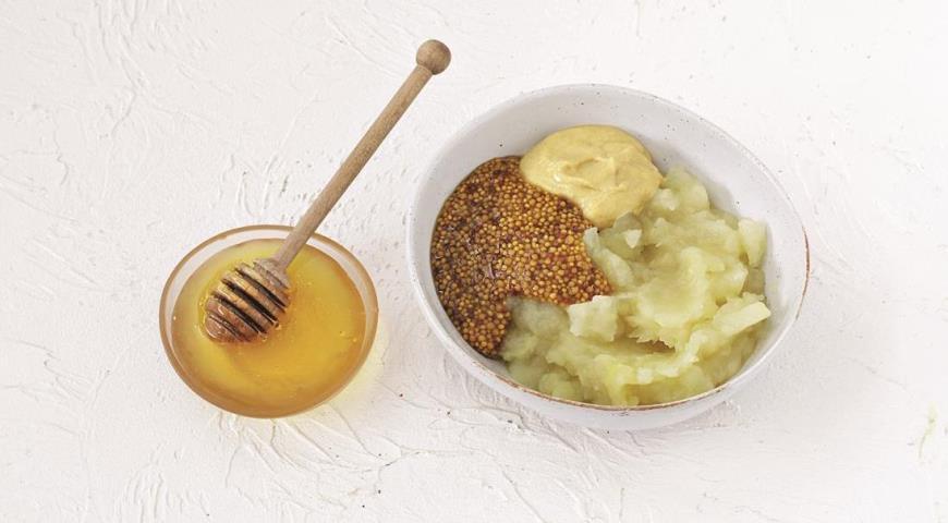 Смешайте яблочно-горчичный соус для подачи к колбаскам на углях