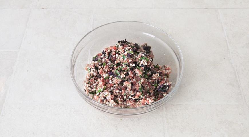 Для приготовления классической долмы смешайте фарш, рис и зелень