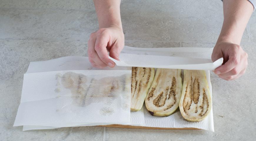 Мусака с баклажанами и картофелем. Промакиваем бумажными полотенцами