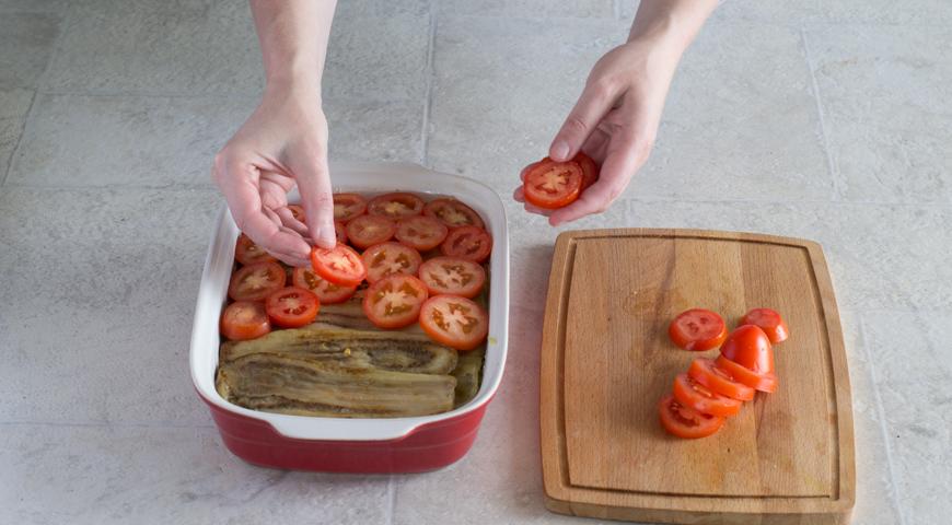 Мусака с баклажанами и картофелем. Выкладываем помидоры