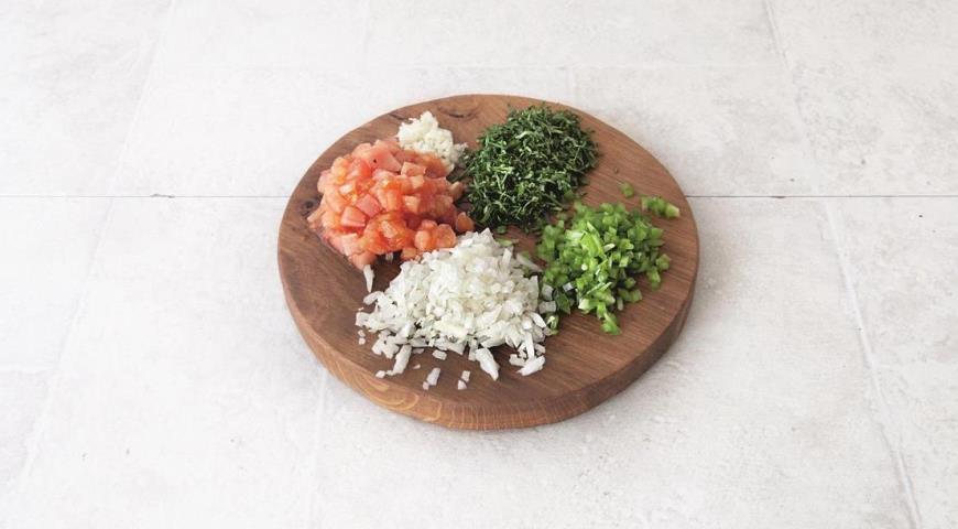 Приготовьте ингредиенты начинки для фаршированных баклажанов Имам Баялды