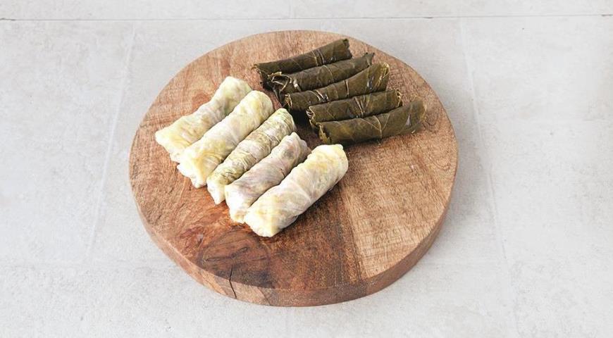 Заверните начинку для персидской долмы в виноградные листья