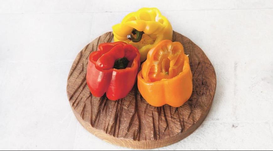 Перець, фарширований індичкою, картоплею і маслинами