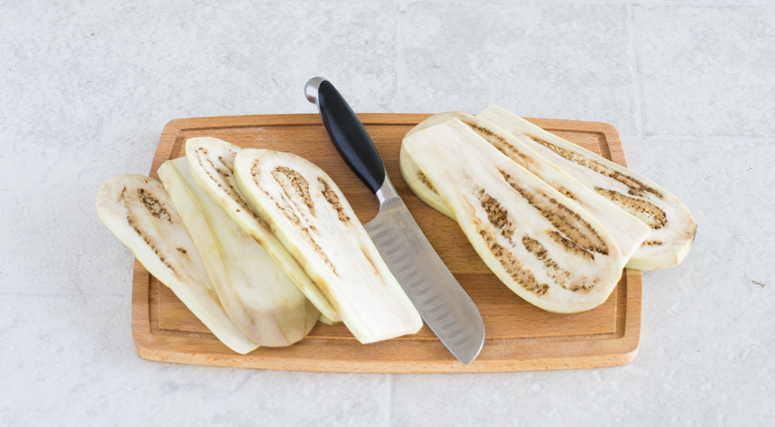 Мусака с баклажанами и картофелем. Режем баклажаны