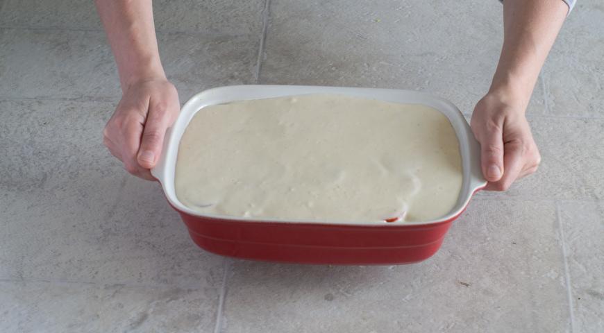 Мусака с баклажанами и картофелем. Выливаем соус в форму