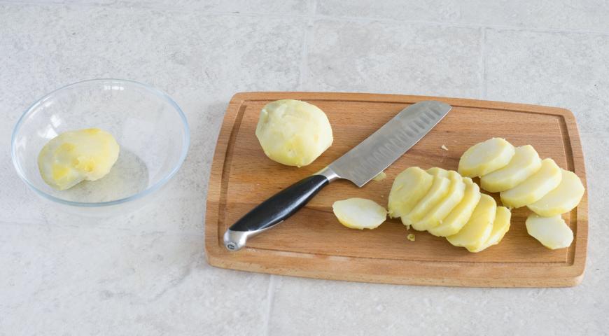Мусака с баклажанами и картофелем. Картофель нарезаем ломтиками