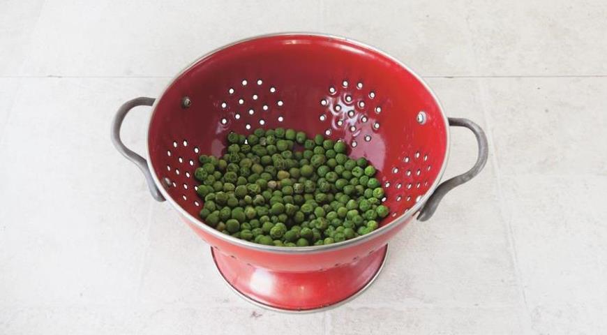 Подготовьте горошек к добавлению в начинку для фаршированного перца
