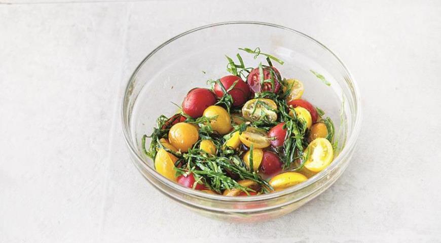 Для начинки перца смешайте помидоры черри и листья базилика