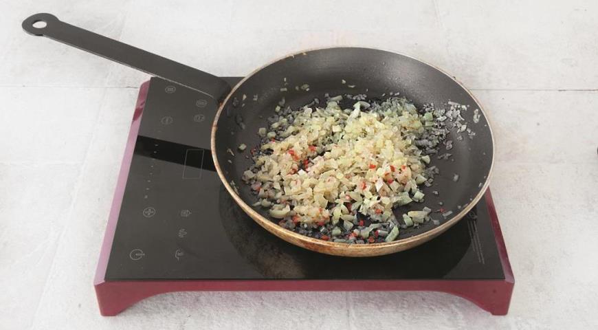 Обжарьте начинку для фаршированных перцев