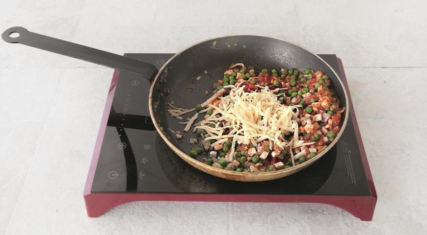 Добавьте куриное мясо, сыр и горох в начинку для фарширования перцев