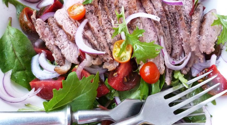 Салат з обсмаженою качиною грудкою