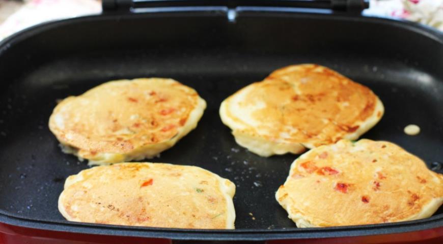Оладки-піци з шинкою, сиром і овочами