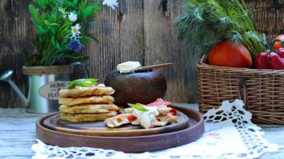 Оладьи-пиццы с ветчиной, сыром и овощами