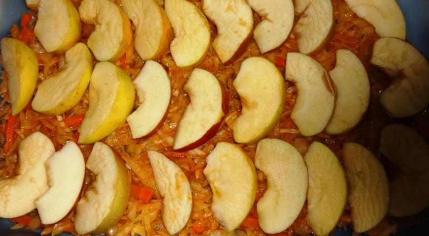 Карась запечений з яблуками і капустою