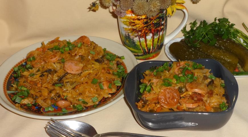 Солянка из капусты с беконом и сосисками
