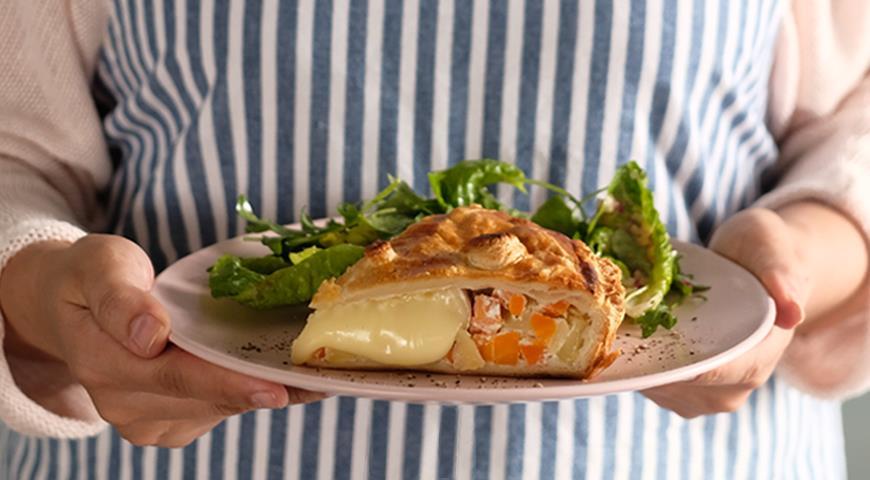 Пирог Камамбер, картофель и морковь с зеленым салатом