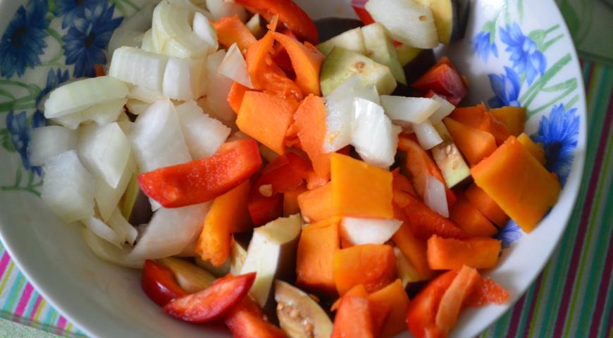 Режем овощи для фарширования тыквы