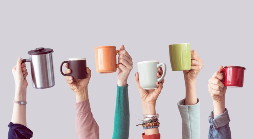 Люди с кофе в разной посуде