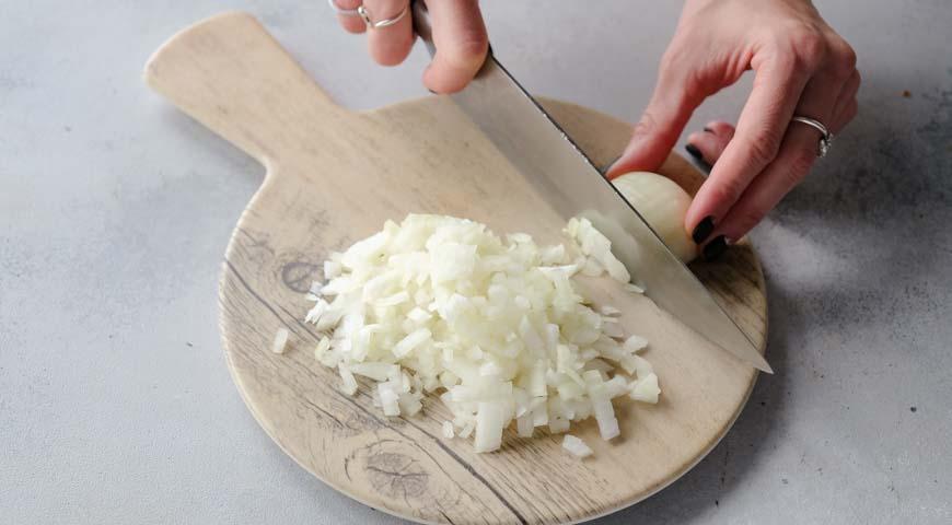 Салат Мимоза, мелко нарубите лук ножом
