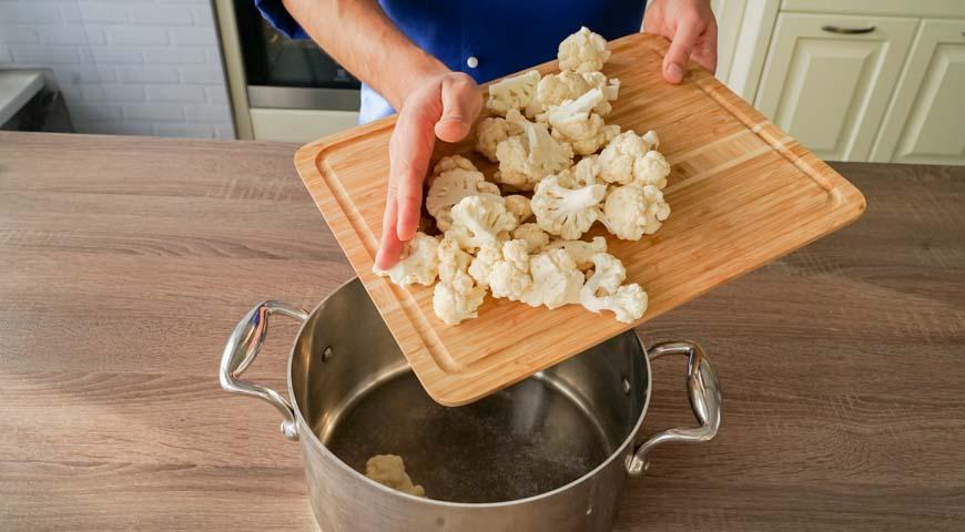 Пюре из цветной капусты, положите цветную капусту в кастрюлю