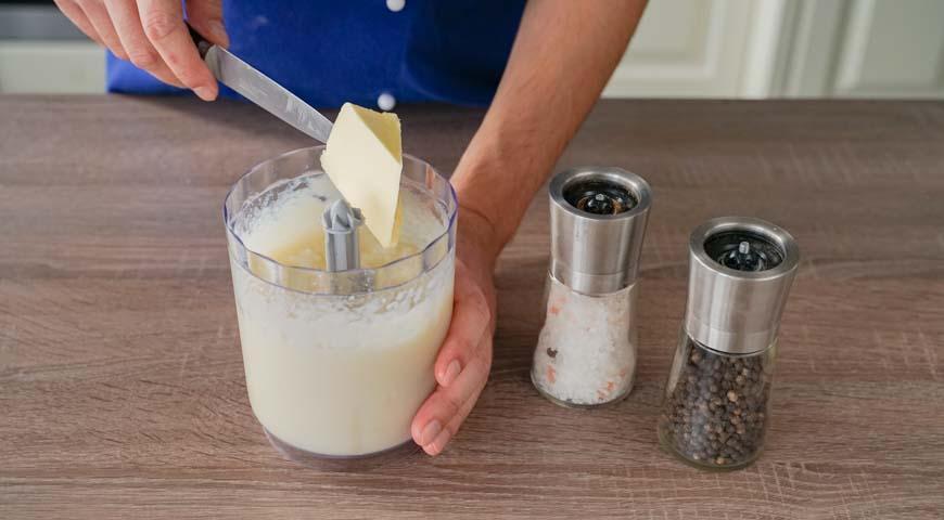 Пюре из цветной капусты, добавьте в блендер сливочное масло
