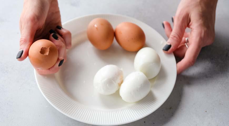 Салат Мимоза, натколите яйца с тупого конца
