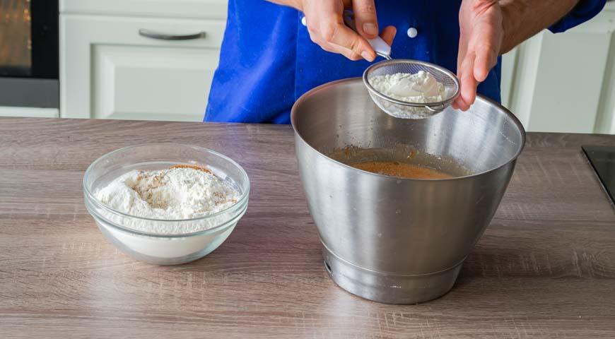 Морковный пирог, просейте муку с разрыхлителем, солью и молотой корицей