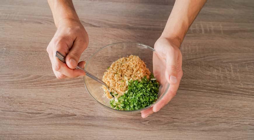 Кулебяка с блинами, капустой, яйцами и грудинкой, обжарьте хлебные крошки до золотистого цвета, вмешайте чеснок и петрушку