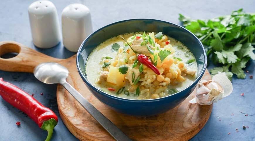 Гороховый суп с курицей, подавайте гороховый суп с курицей и зеленью