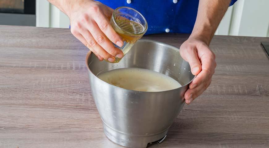 Морковный пирог, яйца взбейте миксером с обычным и ванильным сахаром до получения пышной массы однородной консистенции, влейте растительное масло.