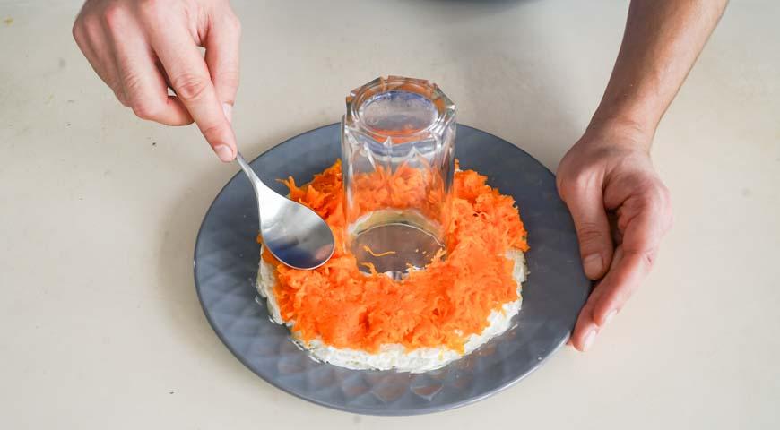 Салат Гранатовый браслет с курицей, второй слой – морковь, смажьте майонезом