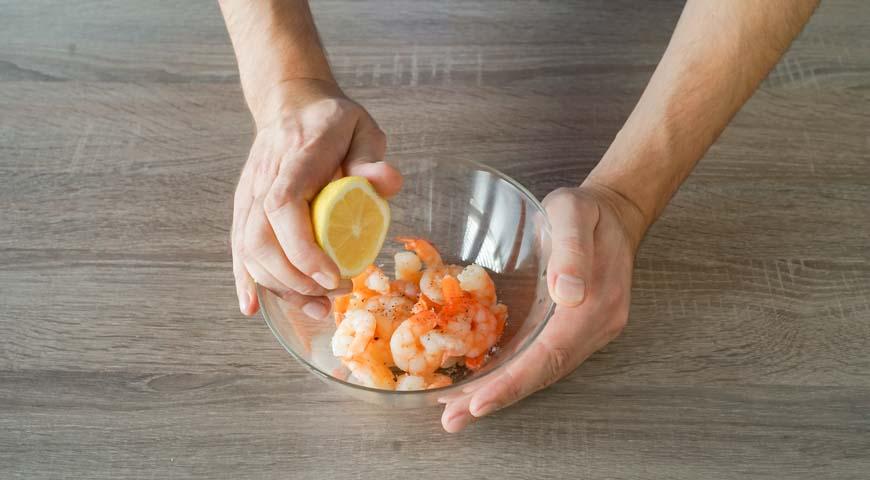 Оливье со свежим огурцом, сбрызните креветки лимонный соком