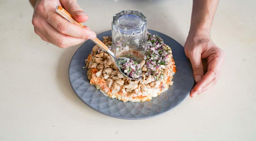 Салат Гранатовый браслет с курицей, третий слой – курица, на нее выложите лук и укроп, смажьте майонезом