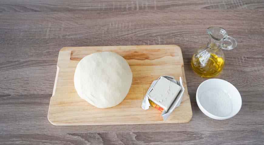 Булочки из дрожжевого теста в духовке, добавьте в смесь раскрошенные дрожжи, соль и оливковое масло, замесите тесто, вымесите его до гладкости