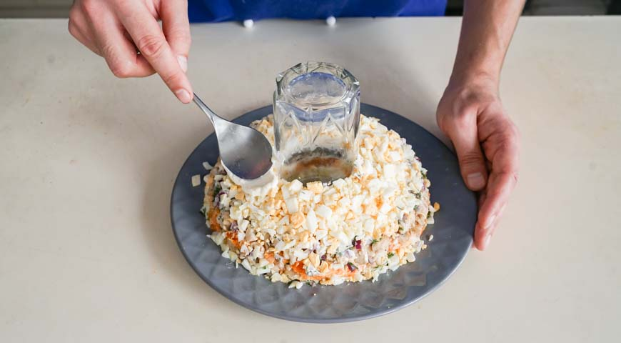 Салат Гранатовый браслет с курицей, затем слой яиц, смажьте майонезом