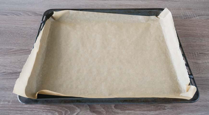 Булочки из дрожжевого теста в духовке, застелите бумагой для выпечки противень
