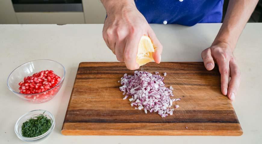 Салат Гранатовый браслет с курицей,нарежьте мелко лук и полотейте лимонным соком, нарежьте укроп, очистите гранат