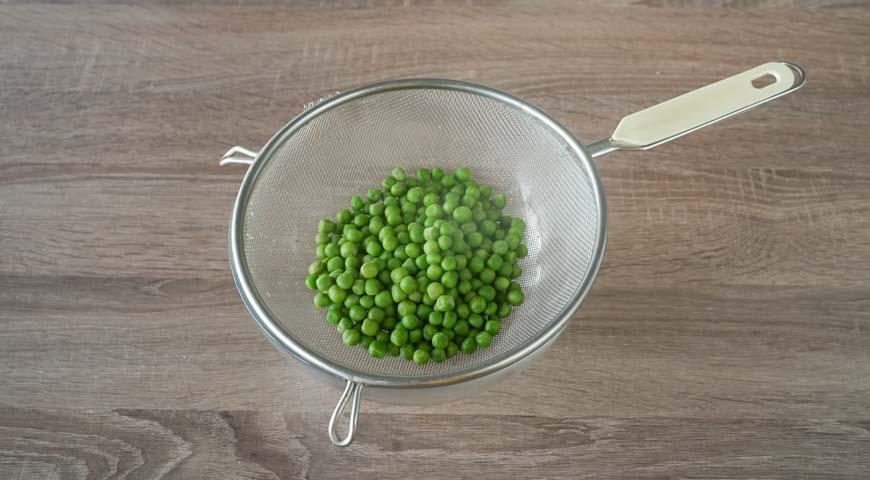 Оливье со свежим огурцом, переложите горох в миску с ледяной водой