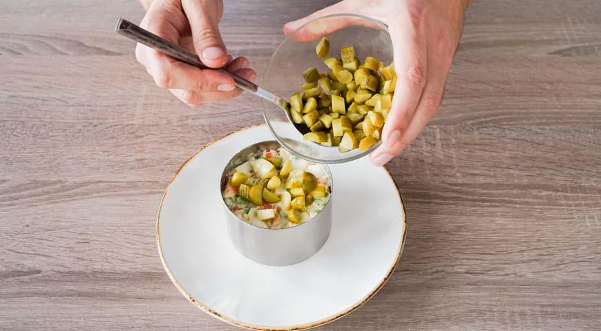 слоеный салат с курицей, соберите слоеный салат с курицей при помощи кулинарного кольца