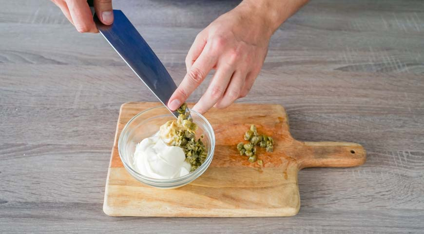 Приготовьте заправку для слоеного салата с курицей
