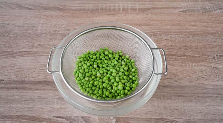 слоеный салат с курицей, зеленый горошек откиньте на дуршлаг
