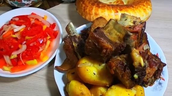 Рецепт: Тушеные свиные ребрышки с картошкой на RussianFood.com | 320x570