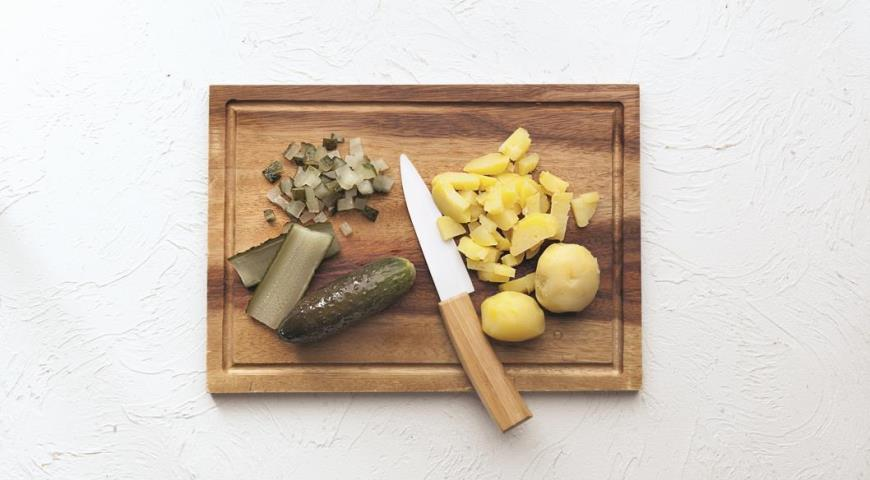 Огурцы и вареный картофель для оливье