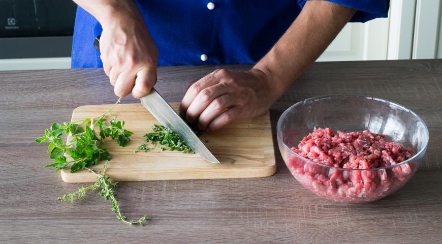 Штрудель с мясом, мелко нарежьте петрушку, тимьян и майоран