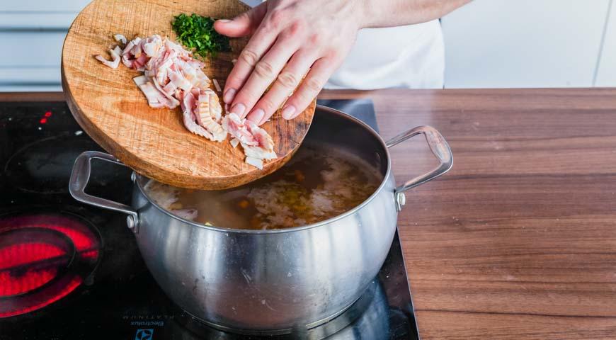Гороховый суп с копченостями, добавьте чеснок, бекон и зелень в суп