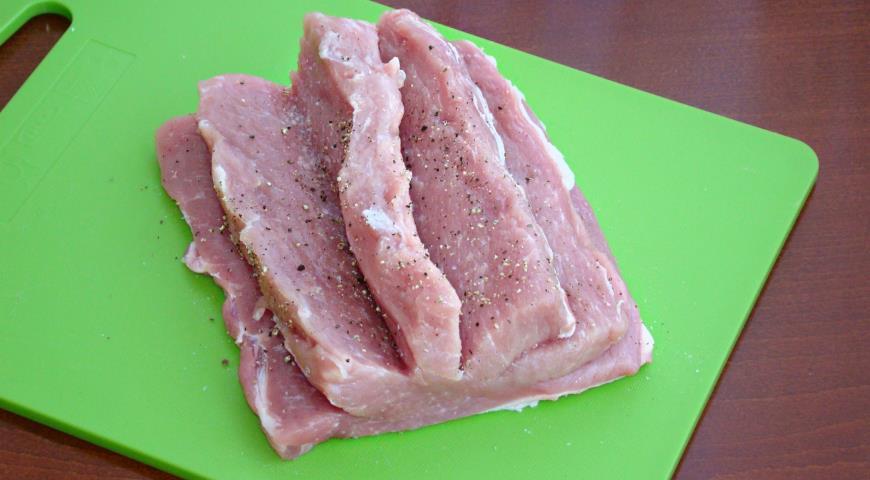 Фото приготовления рецепта: Свинина запеченная с сухофруктами под медовой глазурью, шаг №3