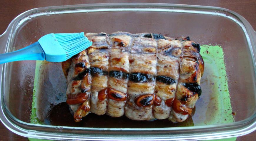 Фото приготовления рецепта: Свинина запеченная с сухофруктами под медовой глазурью, шаг №6
