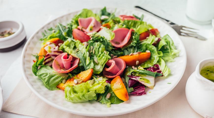Салат с нектарином, вареной колбасой и базиликом, пошаговый рецепт с фото